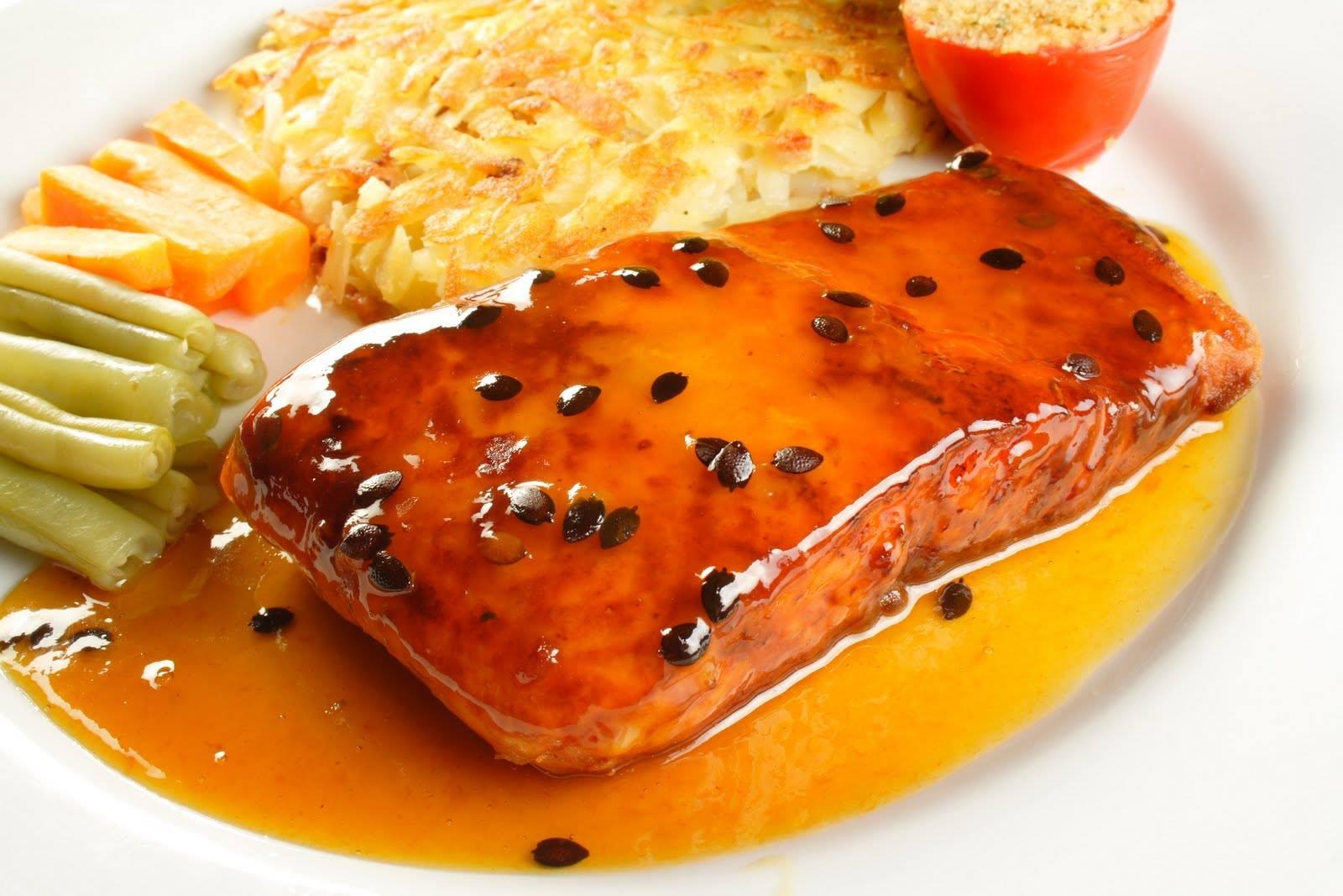 Filé de salmão ao molho de maracujá