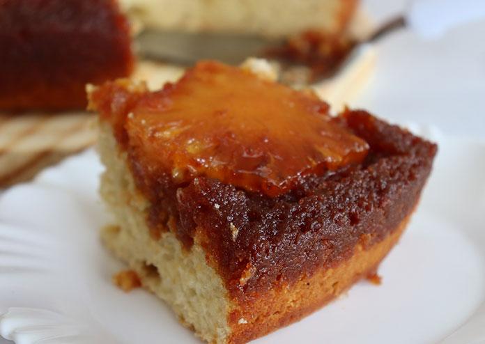Fatia de torta de abacaxi caramelizada
