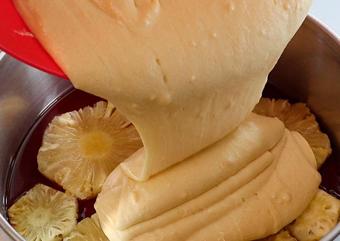 Torta de abacaxi caramelizada - coloque a massa sobre o caramelo