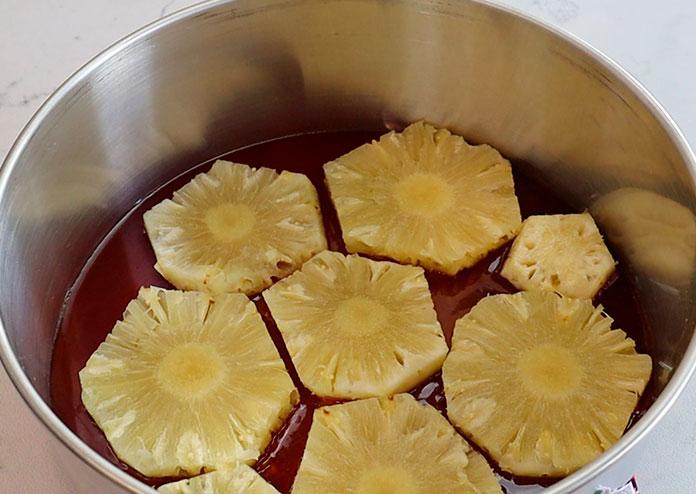 Torta de abacaxi caramelizada - fatias de abacaxi sobre o caramelo