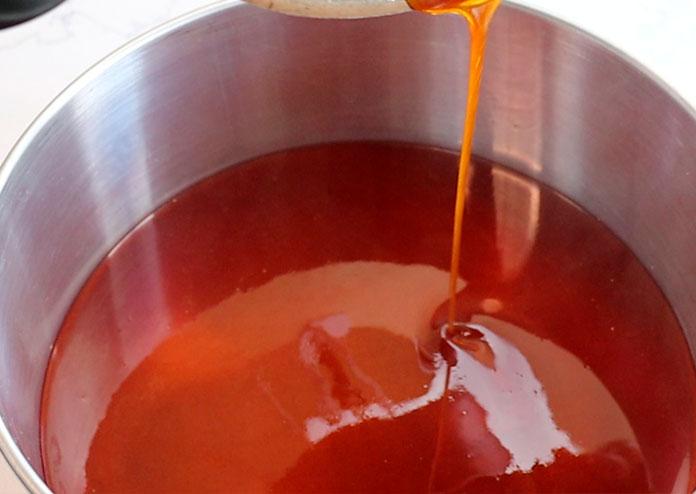 Torta de abacaxi caramelizada - Coloque o caramelo na assadeira